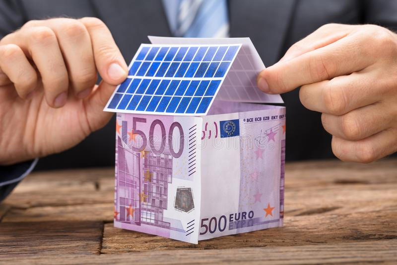 Εγκατάσταση των ηλιακών πλαισίων στο σπίτι στοκ φωτογραφίες με δικαίωμα ελεύθερης χρήσης