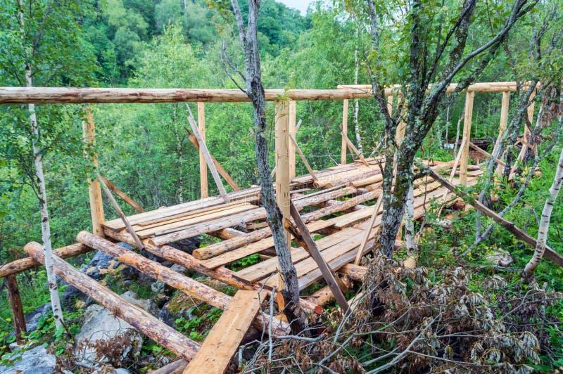 Εγκατάσταση των ξύλινων ακτίνων από τα κούτσουρα στοκ φωτογραφίες με δικαίωμα ελεύθερης χρήσης