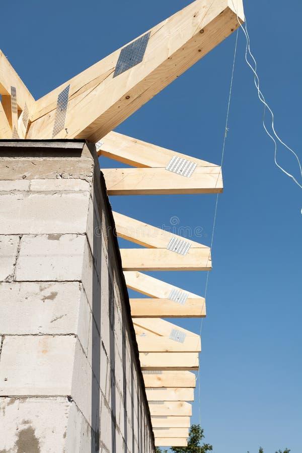 Εγκατάσταση των ξύλινων ακτίνων, δοκοί στεγών στην κατασκευή στεγών Καινούργιο σπίτι που γίνεται με τους αποστειρωμένους αερισμέν στοκ εικόνες