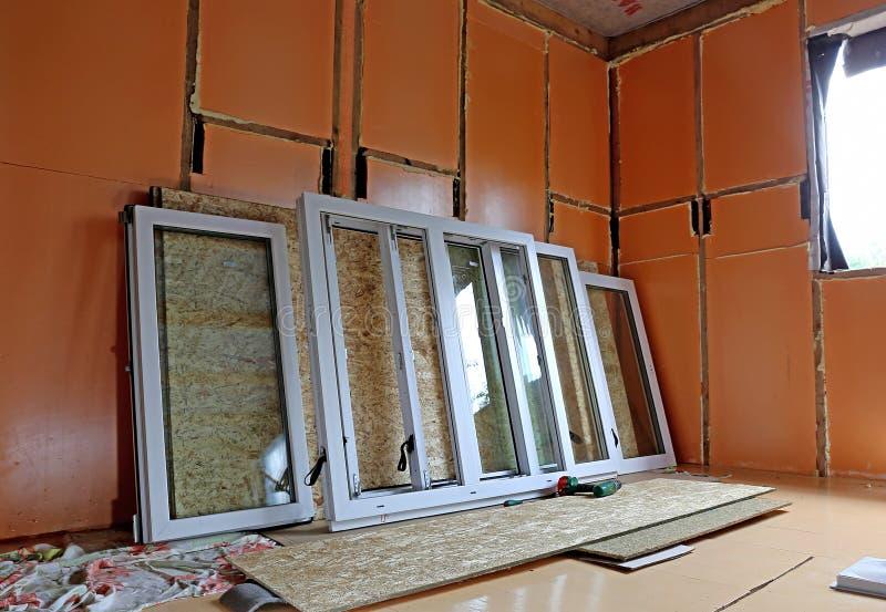 Εγκατάσταση των πλαστικών παραθύρων στοκ φωτογραφία