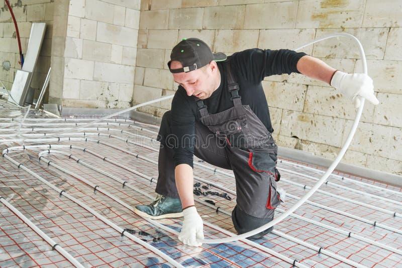 Εγκατάσταση Underfloor θέρμανσης θερμό σύστημα θέρμανσης πατωμάτων στοκ φωτογραφία
