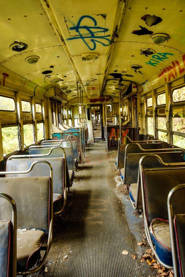 Εγκαταλειμμένα αυτοκίνητα καροτσακιών με τα εσωτερικά καθίσματα με τα γκράφιτι στοκ εικόνες