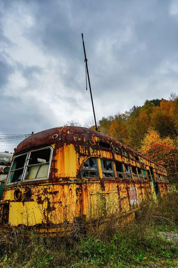 Εγκαταλειμμένα αυτοκίνητα καροτσακιών το φθινόπωρο με το δυσοίωνο ουρανό στοκ φωτογραφία με δικαίωμα ελεύθερης χρήσης