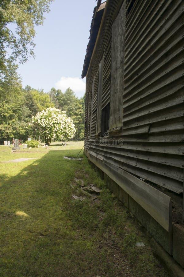 Εγκαταλειμμένα εκκλησία και νεκροταφείο στοκ φωτογραφία