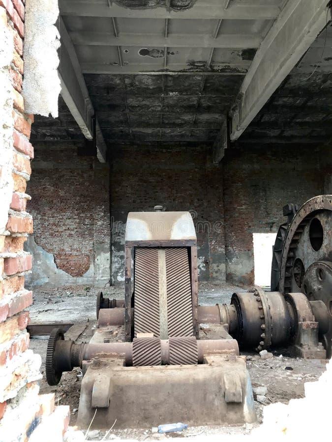 Εγκαταλειμμένες κατασκευές μετάλλων του αλατισμένου ορυχείου Σκουριασμένο μέταλλο, χαλαρό τούβλο στοκ εικόνες