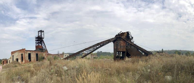 Εγκαταλειμμένες κατασκευές μετάλλων του αλατισμένου ορυχείου Σκουριασμένο μέταλλο, καταρρεσμένες υποστηρίξεις στοκ φωτογραφίες