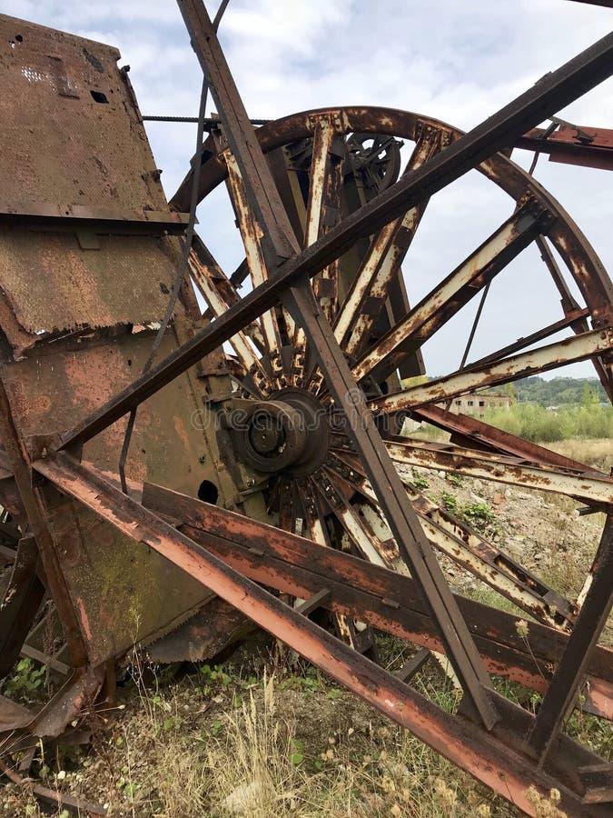 Εγκαταλειμμένες κατασκευές μετάλλων του αλατισμένου ορυχείου Σκουριασμένο μέταλλο, καταρρεσμένες υποστηρίξεις στοκ εικόνες