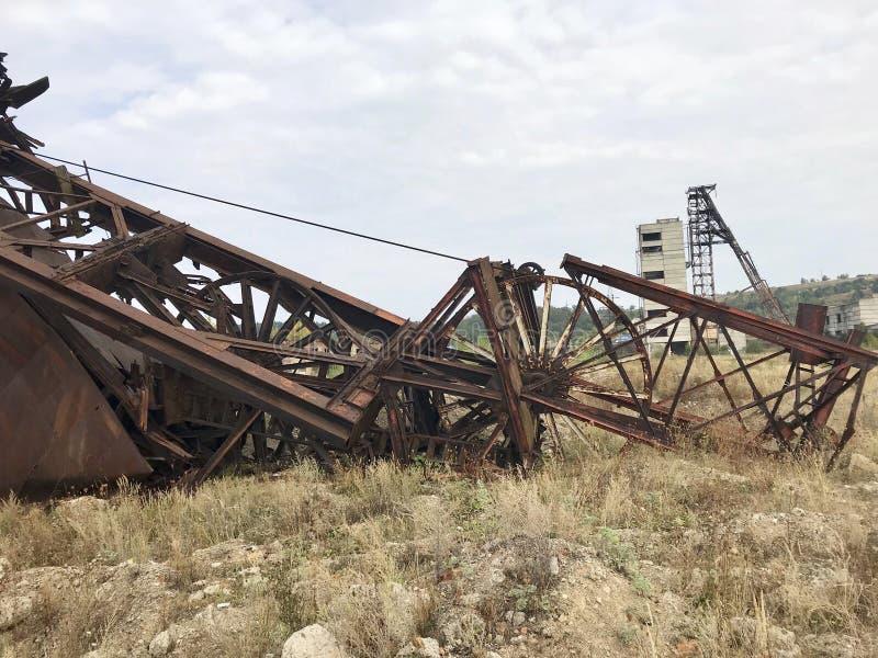 Εγκαταλειμμένες κατασκευές μετάλλων του αλατισμένου ορυχείου Σκουριασμένο μέταλλο, καταρρεσμένες υποστηρίξεις στοκ φωτογραφία με δικαίωμα ελεύθερης χρήσης