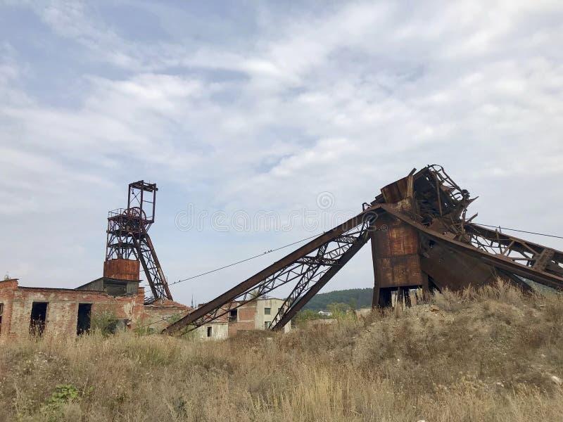 Εγκαταλειμμένες κατασκευές μετάλλων του αλατισμένου ορυχείου Σκουριασμένο μέταλλο, καταρρεσμένες υποστηρίξεις στοκ φωτογραφία