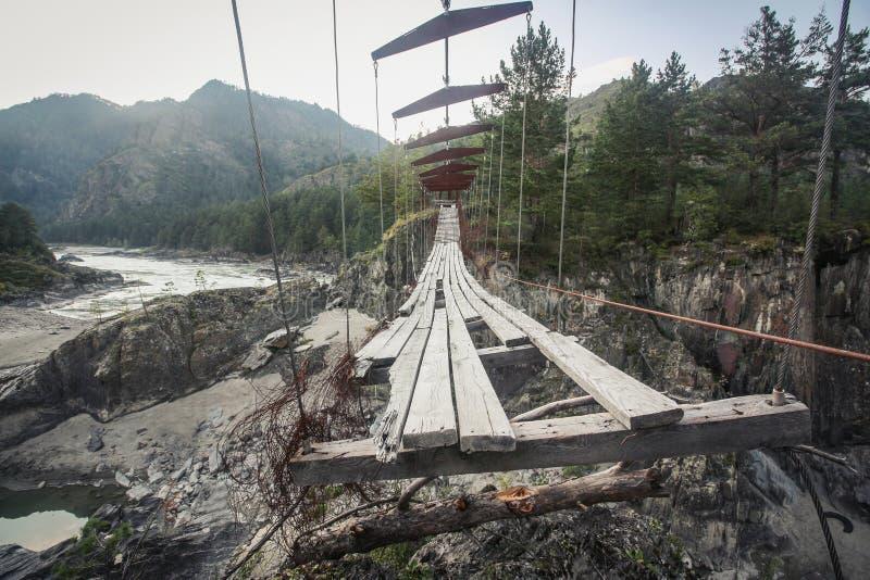 Εγκαταλειμμένη ανασταλμένη για τους πεζούς γέφυρα στοκ φωτογραφία
