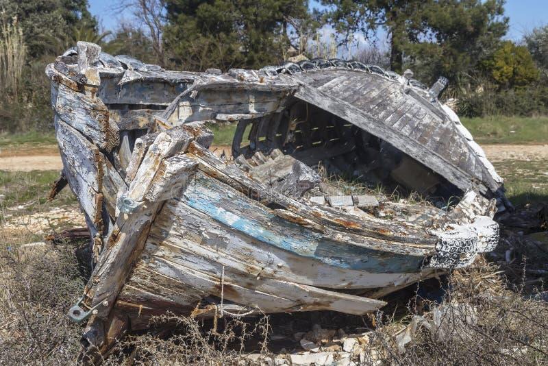 εγκαταλειμμένη βάρκα παλ στοκ φωτογραφίες