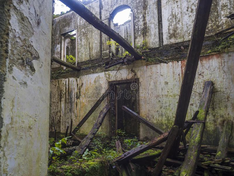 Εγκαταλειμμένη καταστροφή του ιστορικού σπιτιού βιλών στο τροπικό δάσος στο ίχνος πεζοπορίας μονοπατιών κοντά σε Furnas, νησί του στοκ εικόνες