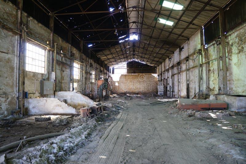 Εγκαταλειμμένη κενή αποθήκη εμπορευμάτων. στοκ φωτογραφία