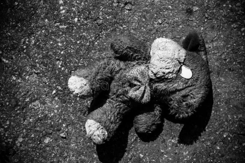 Εγκαταλειμμένη κούκλα σκυλιών στο πεζοδρόμιο στοκ εικόνες