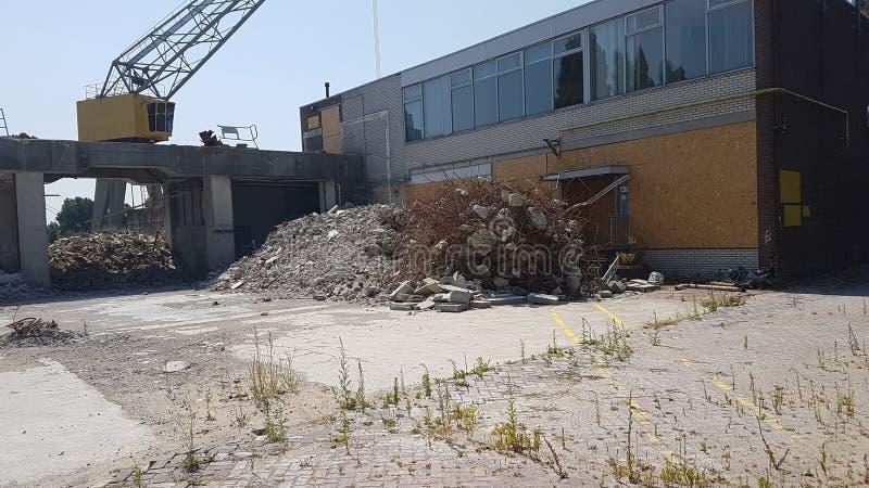Εγκαταλειμμένη λιμενική αποβάθρα με το γραφείο κατά μήκος του vliet σε Leidschendam, οι Κάτω Χώρες στοκ εικόνα