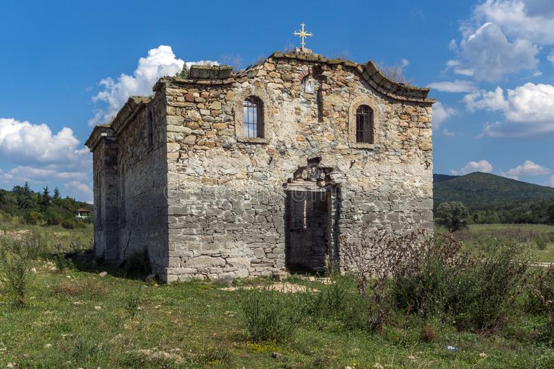 Εγκαταλειμμένη μεσαιωνική ανατολική Ορθόδοξη Εκκλησία Αγίου John Rila στο κατώτατο σημείο της δεξαμενής Zhrebchevo, Βουλγαρία στοκ εικόνες