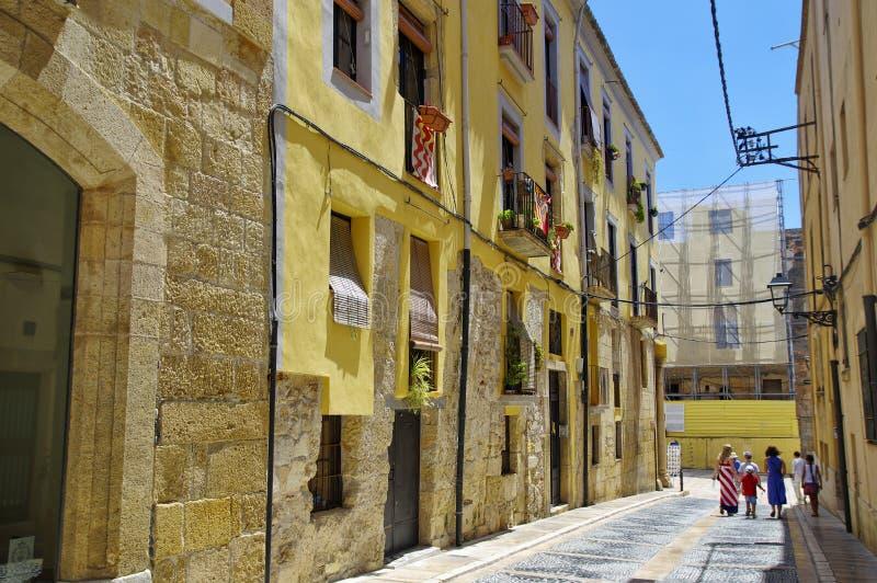 Εγκαταλειμμένη οδός της παλαιάς ευρωπαϊκής πόλης Tarragona μια σαφή ηλιόλουστη ημέρα στοκ φωτογραφία με δικαίωμα ελεύθερης χρήσης