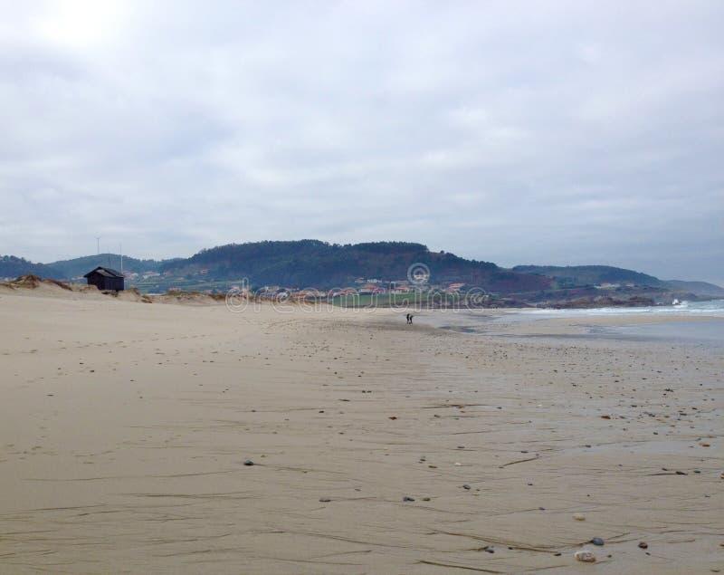 Εγκαταλειμμένη παραλία το χειμώνα στο βόρειο τμήμα της Ισπανίας στοκ φωτογραφία