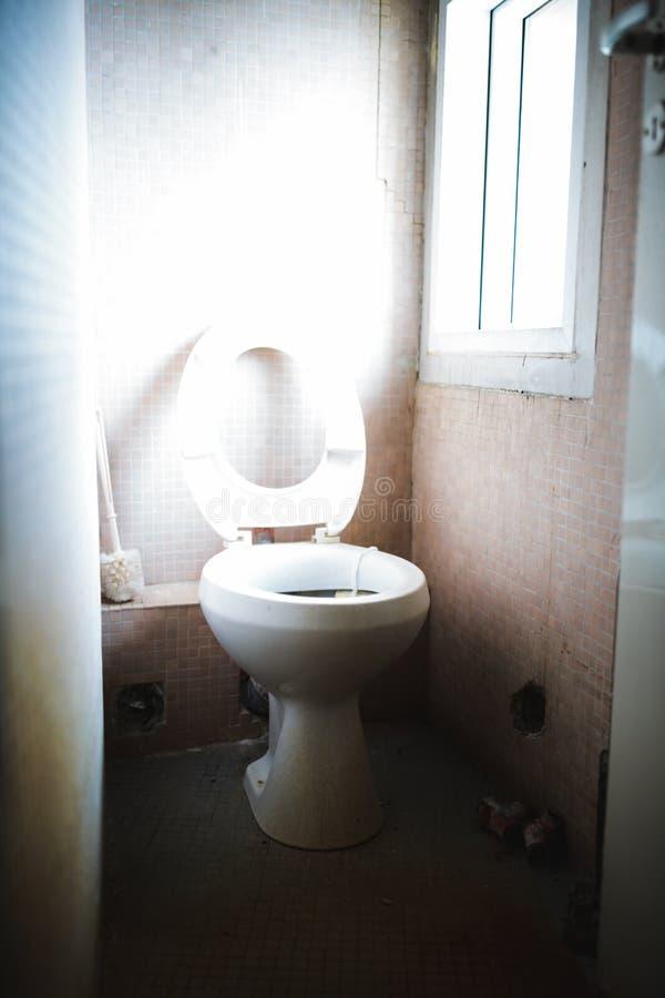Εγκαταλειμμένη τουαλέτα στοκ εικόνες
