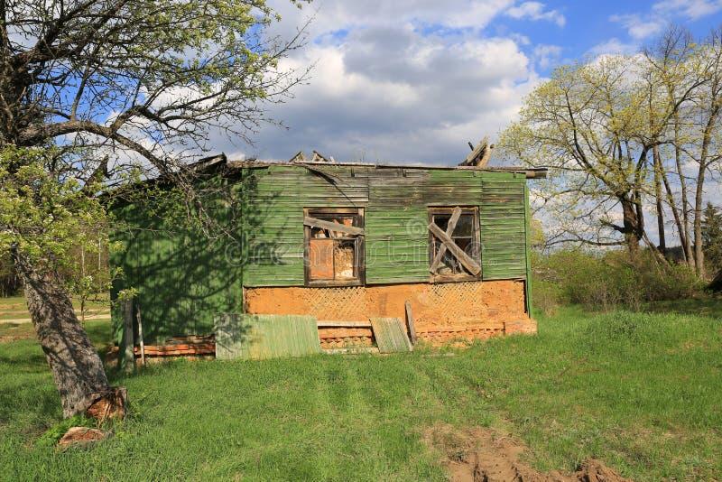 εγκαταλειμμένος αγροτικός λεκιασμένος τρύγος τυπωμένων υλών εγγράφου απεικόνισης σπιτιών που ξεπερνιέται στοκ φωτογραφίες