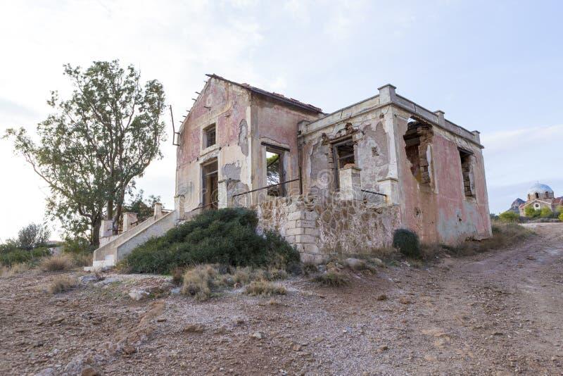 Εγκαταλειμμένος και αφήστε στις καταστροφές το σπίτι από Lavreotiki στοκ φωτογραφία