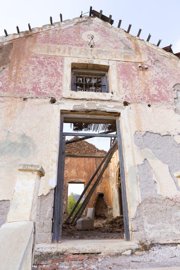 Εγκαταλειμμένος και αφήστε στις καταστροφές το σπίτι από Lavreotiki στοκ εικόνες με δικαίωμα ελεύθερης χρήσης
