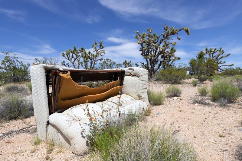 Εγκαταλειμμένος καναπές στοκ φωτογραφία με δικαίωμα ελεύθερης χρήσης