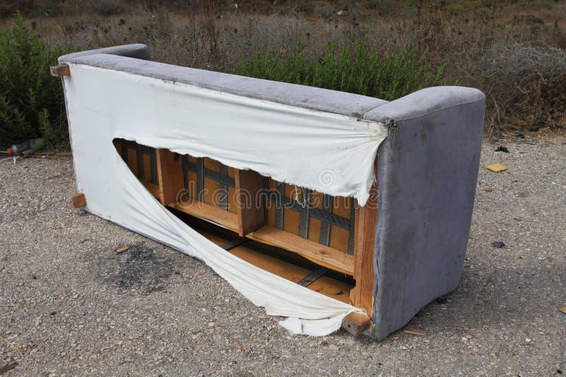 εγκαταλειμμένος καναπέ&si στοκ εικόνα