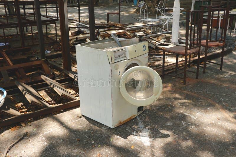 Εγκαταλειμμένο εκλεκτής ποιότητας άσπρο πλυντήριο στο υπαίθριο γκαράζ στούντιο κήπων κατωφλιών ναυπηγείων παλιοπραγμάτων στοκ εικόνες με δικαίωμα ελεύθερης χρήσης