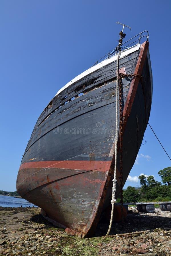 Εγκαταλειμμένο εκλεκτής ποιότητας αλιευτικό σκάφος παραλία κοντά στο χωριό Corpach, οχυρό William, Σκωτία, Ηνωμένο Βασίλειο στοκ φωτογραφία με δικαίωμα ελεύθερης χρήσης