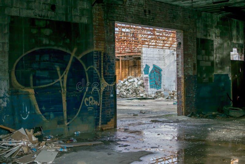Εγκαταλειμμένο κτήριο γκράφιτι αυτοκινήτων στο πυρόλιθο Μίτσιγκαν στοκ φωτογραφίες με δικαίωμα ελεύθερης χρήσης