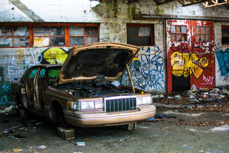 Εγκαταλειμμένο κτήριο γκράφιτι αυτοκινήτων στο πυρόλιθο Μίτσιγκαν στοκ εικόνα με δικαίωμα ελεύθερης χρήσης