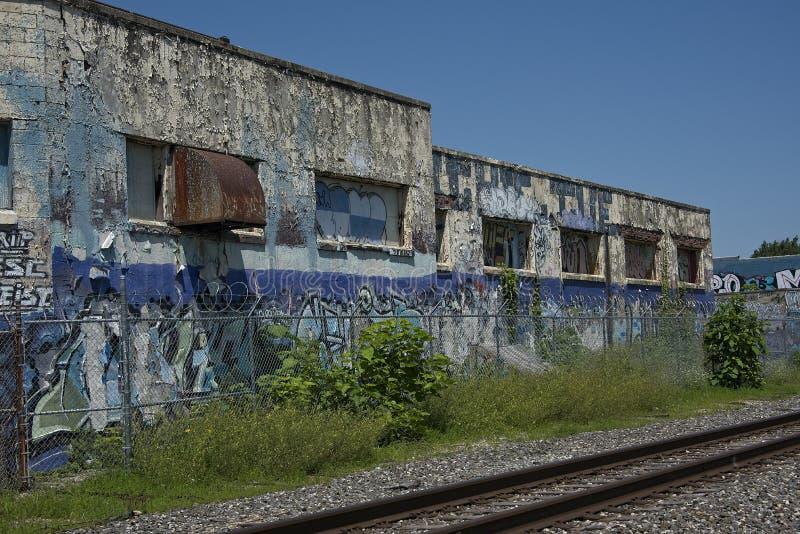 Εγκαταλειμμένο κτήριο με τις διαδρομές σιδηροδρόμου στοκ φωτογραφίες με δικαίωμα ελεύθερης χρήσης