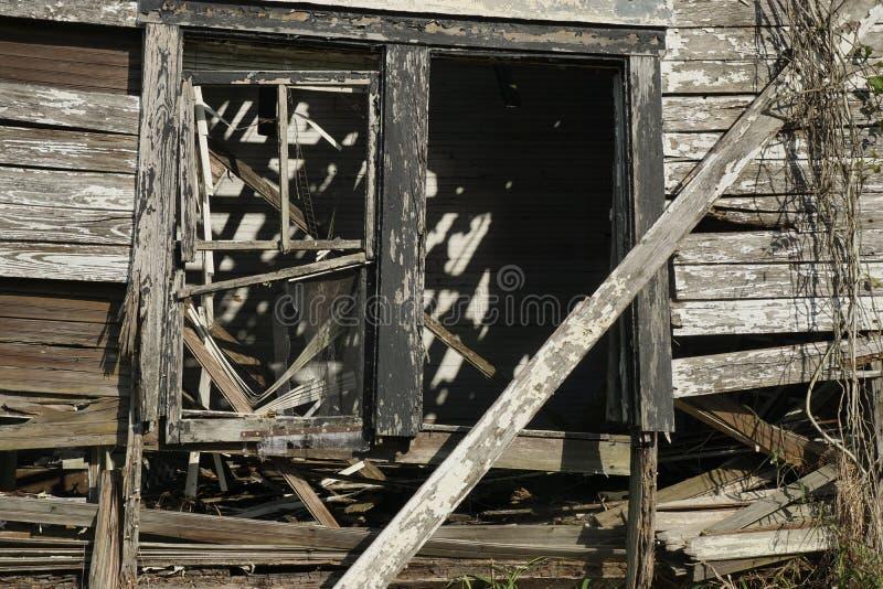 Εγκαταλειμμένο κτήριο με τους νεφελώδεις ουρανούς στοκ εικόνα