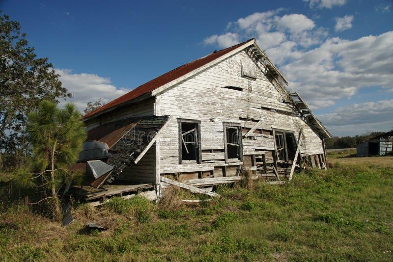 Εγκαταλειμμένο κτήριο με τους νεφελώδεις ουρανούς στοκ εικόνες