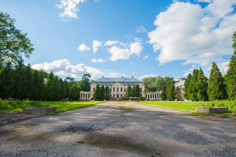 Εγκαταλειμμένο μέγαρο Ιερό παλάτι Volovichi, κάστρο σε Svyatskoye μια όμορφη παλαιά αρχιτεκτονική δομή, μια πέτρα ή ένα μάρμαρο στοκ φωτογραφία