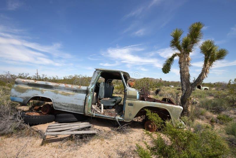 Εγκαταλειμμένο παλαιό αυτοκίνητο στην έρημο στοκ εικόνες με δικαίωμα ελεύθερης χρήσης