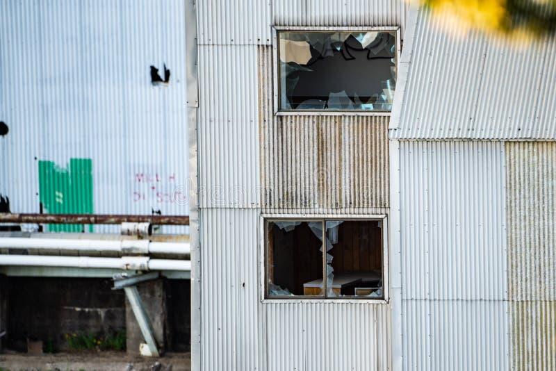 Εγκαταλειμμένο παλαιό καταρρέοντας σκουριασμένο εργοστάσιο στοκ φωτογραφία με δικαίωμα ελεύθερης χρήσης