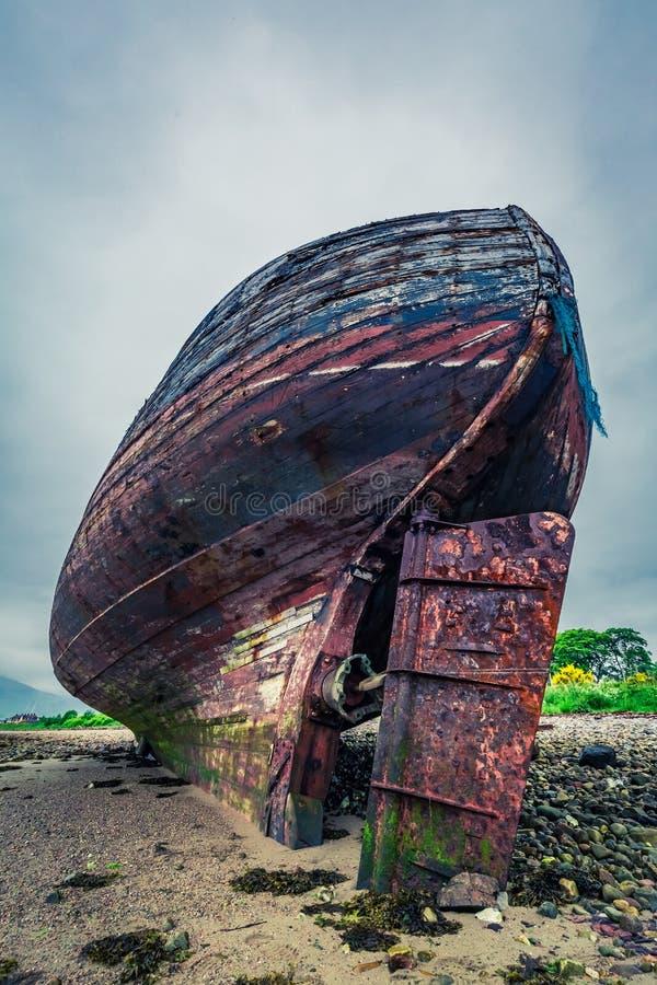Εγκαταλειμμένο παλαιό ναυάγιο στην ακτή στο οχυρό William στοκ εικόνες