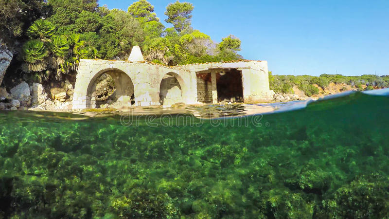 Εγκαταλειμμένο σπίτι θαλασσίως στοκ εικόνα