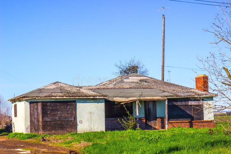 Εγκαταλειμμένο σπίτι με επιβιβασμένος επάνω στα παράθυρα στοκ φωτογραφία