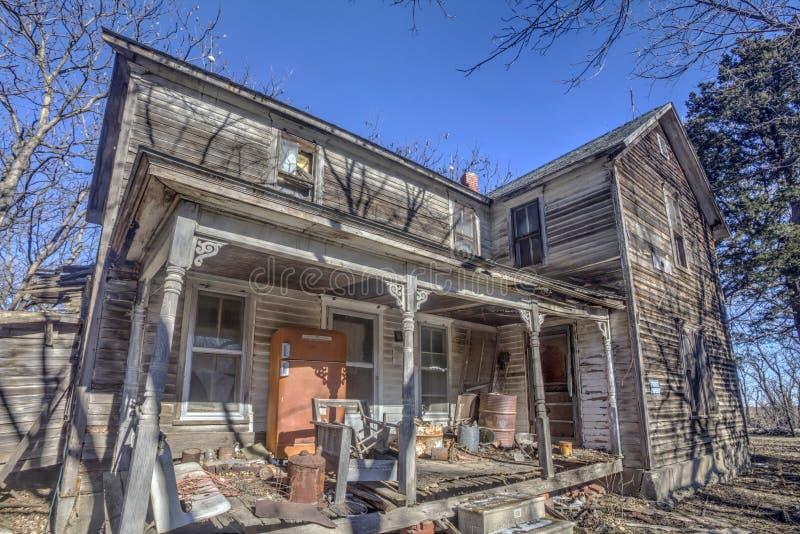 Εγκαταλειμμένο σπίτι με το μπροστινό μέρος, αγροτικό Κάνσας στοκ εικόνες με δικαίωμα ελεύθερης χρήσης