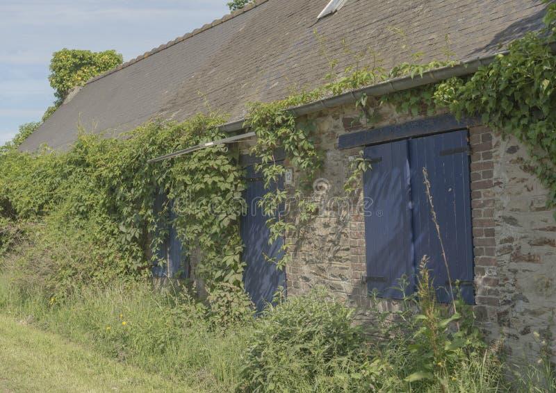 Εγκαταλειμμένο σπίτι πετρών στην αγροτική Γαλλία στοκ φωτογραφία