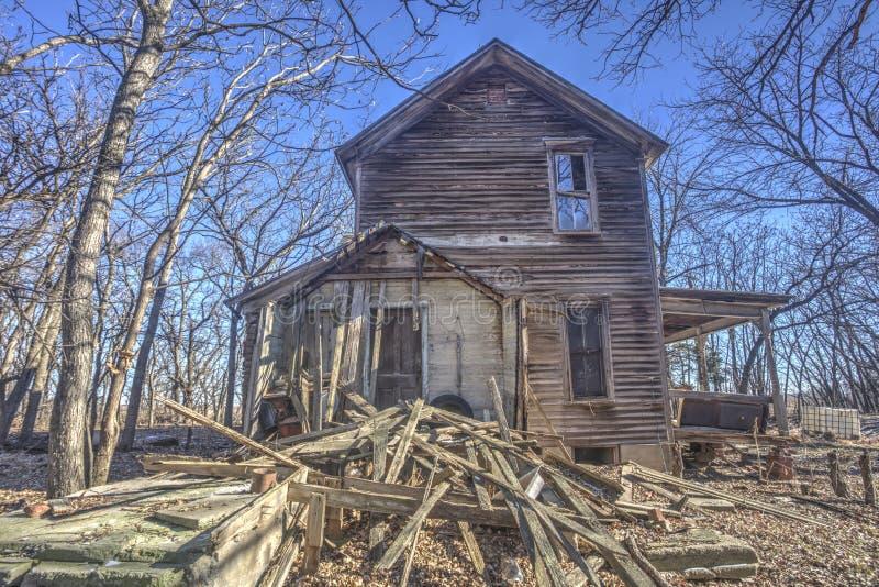 Εγκαταλειμμένο σπίτι στα δέντρα, αγροτικό Κάνσας στοκ εικόνες