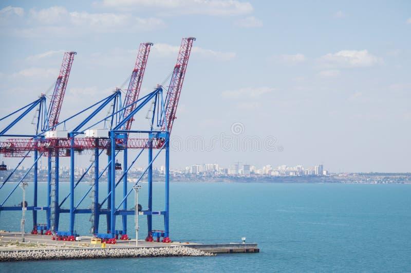 Εγκαταλειμμένο τερματικό λιμένων σε ένα λιμάνι για τη φόρτωση και το ξεφόρτωμα των φορτηγών πλοίων και φορτίο με τις σειρές των μ στοκ φωτογραφία με δικαίωμα ελεύθερης χρήσης