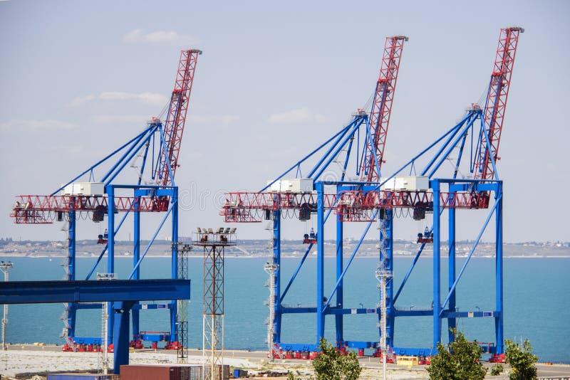 Εγκαταλειμμένο τερματικό λιμένων σε ένα λιμάνι για τη φόρτωση και το ξεφόρτωμα των φορτηγών πλοίων και φορτίο με τις σειρές των μ στοκ εικόνες