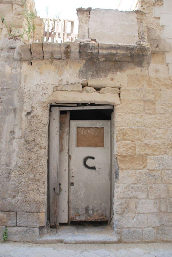 εγκαταλελειμμένη πόρτα lecce στοκ εικόνες