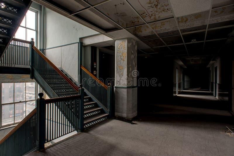Εγκαταλελειμμένοι διάδρομος & σκάλα - εγκαταλειμμένο κτήριο Stambaugh - Youngstown, Οχάιο στοκ εικόνα