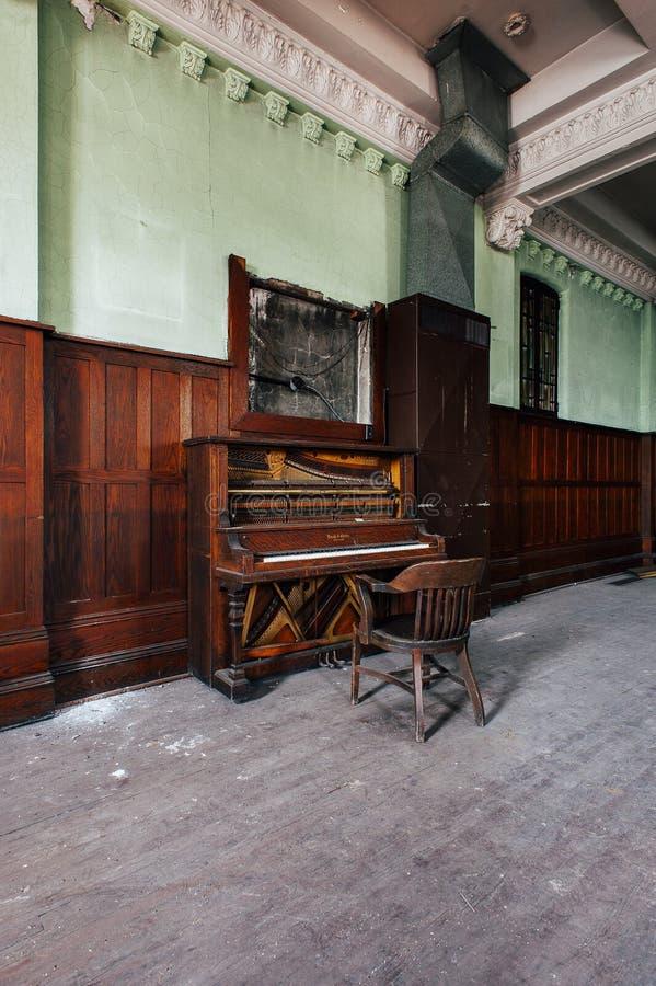 Εγκαταλελειμμένο πιάνο - εγκαταλειμμένοι αετοί κατοικήστε - στο κέντρο της πόλης Μάνσφιλντ, Οχάιο στοκ φωτογραφίες με δικαίωμα ελεύθερης χρήσης