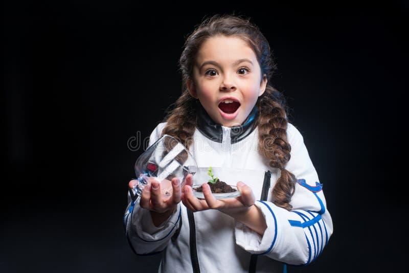 Εγκαταστάσεις εκμετάλλευσης αστροναυτών κοριτσιών στοκ φωτογραφία με δικαίωμα ελεύθερης χρήσης